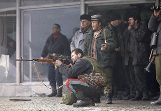 Чеченские боевики отстреливаются от снайпера российской армии в центре Грозного, 3.01.1995 г.