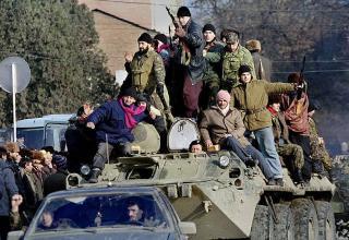 Вооруженные люди в центре Грозного готовятся ответить на ввод российских войск в Чечню, 11.12.1994 г. kommersant.ru/doc/2630476
