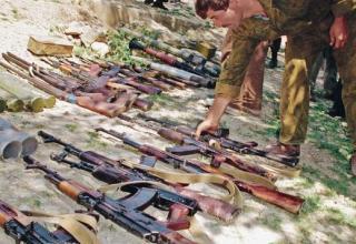Фото В.Подлегаев. Сдача оружия незаконными вооруженными формированиями. 16.08.1995 г. philologist.livejournal.com/6623414.html