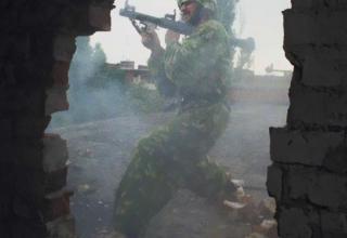 Фото И.Михалев. Участник незаконных вооруженных формирований во время боя. 14.08.1996 г. philologist.livejournal.com/6623414.htm