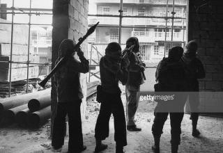 Бейрут. 1975г. gettyimages.co.uk/detail/news-photo/palestinain-woman-pleads-with-christian-militia-in-beirut-news-photo/74595712