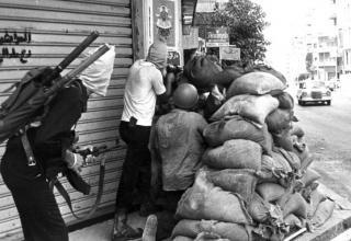 Момент боестолкновения на улице Mar Elias в Бейруте, 29.08.1983. (Photo: Al-Akhbar). http://english.al-akhbar.com/node/11486