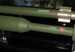 Макет ракетной глубинной бомбы (Roketsan, Турция). Фотография: ©Томас Шульц (Польша).