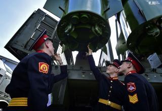 Курсанты Уссурийского СВУ рассматривают СПУ 9П78-1 ракетного комплекса Искандер-М. newsvl.ru/vlad/2016/09/07/151310/#gallery32