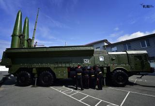 Курсанты Уссурийского СВУ рассматривают СПУ 9П78-1 ракетного комплекса Искандер-М. newsvl.ru/vlad/2016/09/07/151310/#gallery34
