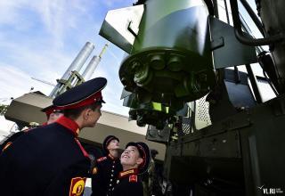 Курсанты Уссурийского СВУ рассматривают СПУ 9П78-1 ракетного комплекса Искандер-М. newsvl.ru/vlad/2016/09/07/151310/#gallery35