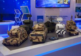 Модели боевой техники на стенде ВКО