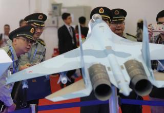 Китайские военные у макета российского истребителя Су-35  © Марина Лысцева/ТАСС. http://tass.ru/armiya-i-opk/3753710