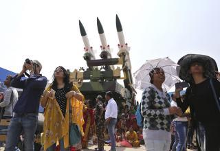 Зрители стоят рядом с зенитно-ракетным комплексом Akash ВВС Индии. © AP Photo/Aijaz Rahi. http://tass.ru/armiya-i-opk/4031508