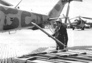 Зарядка вертолетных блоков ракетами С-8Д. 262-я ОВЭ, Баграм, лето 1987 г. topwar.ru/21468-vertushki-afganistan-mi-24.html