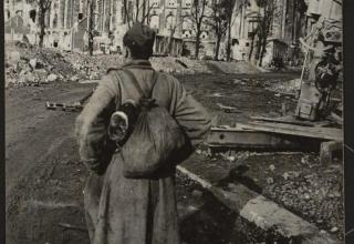 1945 год. «Дошёл солдат до Берлина. Вот он, проклятый Рейхстаг!». URL: https://www.yandex.ru/9may2017/photo/116285
