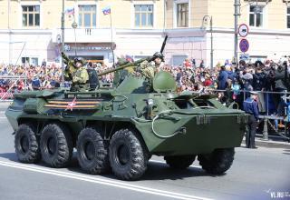 Владивосток. БТР с военнослужащим с ПЗРК. http://www.newsvl.ru/online/2017/05/09/159038/#gallery35