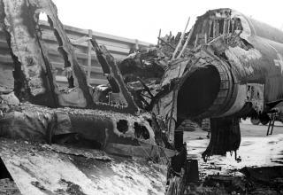 Повреждён.ный в результате обстрела 122мм РС истребитель F-4 Phantom. 18.02.1968. www.flickr.com/photos/13476480@N07/14210929161