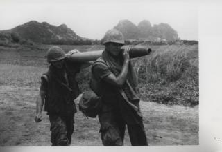 Морские пехотнцы США несут РС калибра 122 мм. 1969 год. www.flickr.com/photos/60868061@N04/29050874170