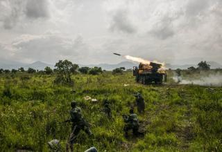 Момент стрельбы по позициям движения М23 на севере провинции Гома. 2013 © Pete Muller for the New York Times. http://www.zphotojournal.com/pete-muller/xnbalayw818dq09oyyc28hv1j1oevp