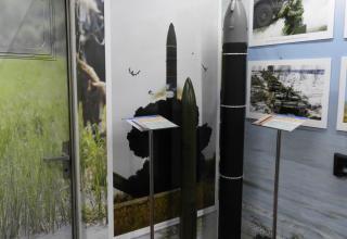 """Слева направо: макеты ракет РКСН """"Сармат"""" и """"Ярс"""""""