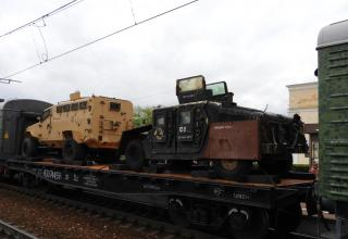 Слева направо: Бронеавтомобиль Panthera F9 турецкого производства и Бронеавтомобиль Hummer американского производства, переделанный боевиками