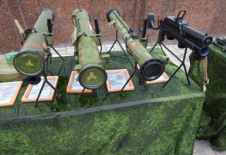 Слева направо: Реактивный пехотный огнемёт РПО-А, неидентифицированный образец огнмёта, Малогабаритный реактивный огнемёт МРО-А, Лёгкий пехотный огнемёт ЛПО-97